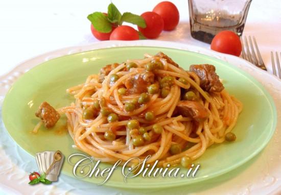 Spaghetti con spezzatino e piselli