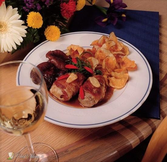 Involtini con salsiccia e pancetta