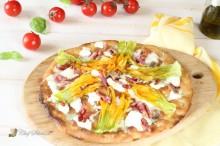 Pizza con fiori di zucca, stracchino e speck