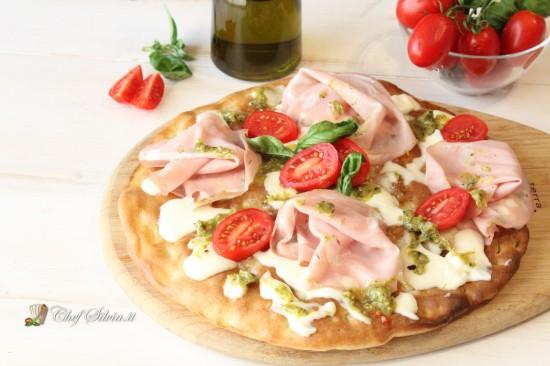 Pizza con mortadella, pistacchio e burrata