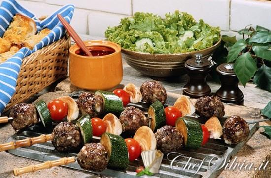 Spiedini di polpette e verdure