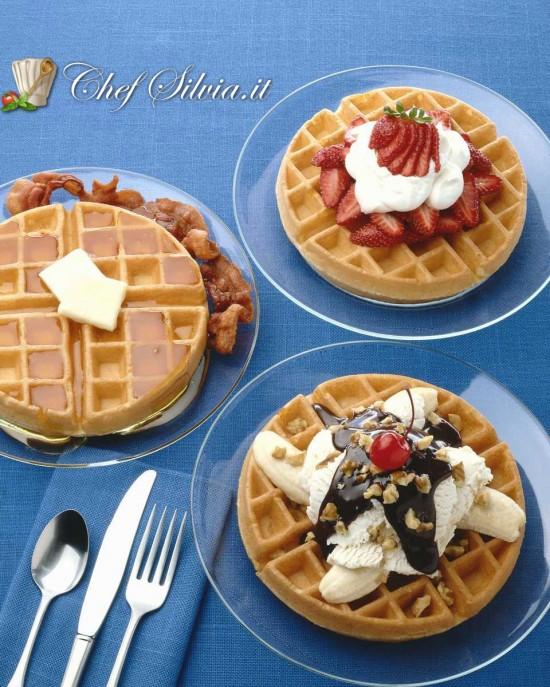 Waffle con gelato e frutta