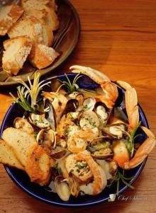 Zuppa di pesce con pane all'aglio